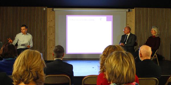 Mathieu Jahnich, directeur de la Formation Continue, et 2 témoins du dispositif VAE sur une estrade, présentent le dispositif